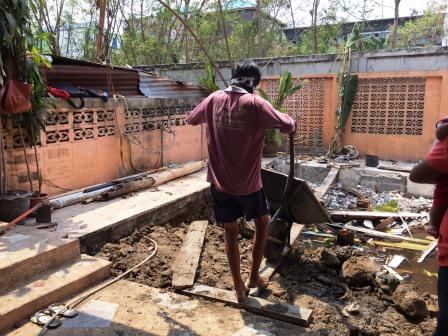ทีมงานจะทำการขนดินจากหน้าบ้าน มาถมที่ดินส่วนของหลังบ้าน